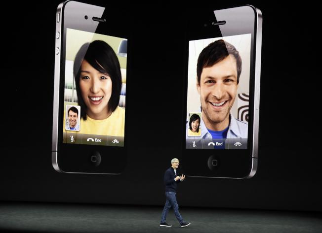 蘋果執行長庫克介紹iPhone 8的功能。(美聯社)