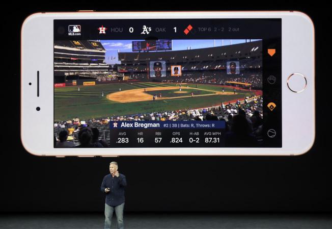 蘋果iPhone 8增添新功能,如收看體育賽事,可同時顯示相關內容。(美聯社)