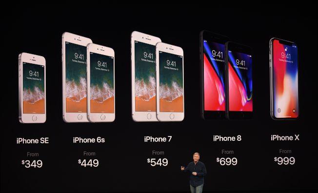 蘋果全球市場副總裁席勒介紹最近幾代蘋果iPhone的價格演進。(Getty Images)