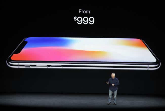 備受矚目的iPhone X售價約千元。(美聯社)