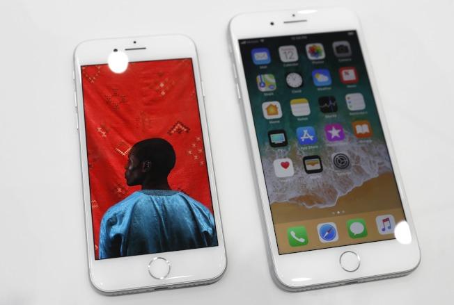 蘋果推出新手機,左起iPhone 8及8Plus。(路透)