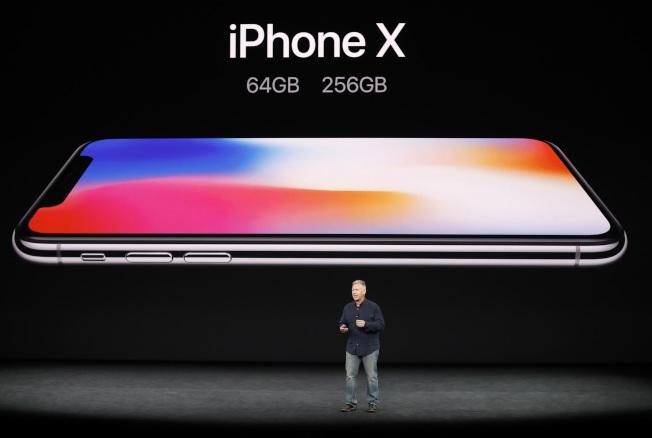 蘋果全球市場副總裁席勒介紹新iPhone X的兩種內存規格。(路透)