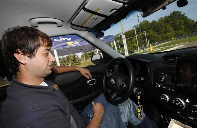 工程師在密西根大學的Mcity測試自動駕駛車。(Getty Images)