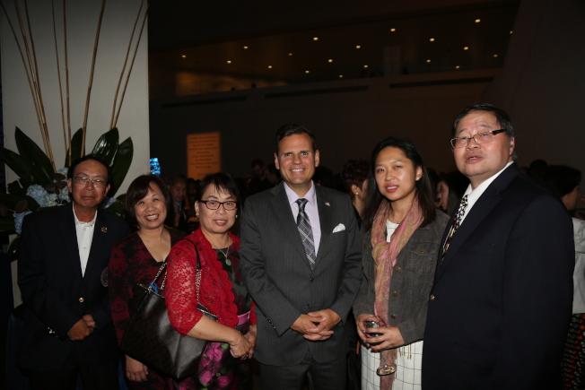 華人醫務中心45周年慶,摩頓市長柯廷森(右三)和阮鴻燦(右一)等嘉賓合影。(記者俞國梁/攝影)