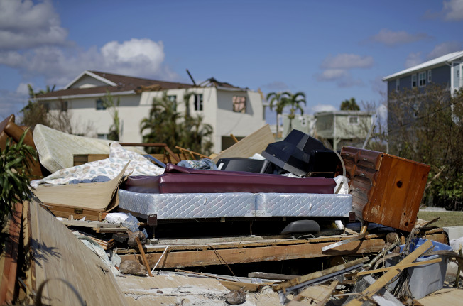 佛州古蘭德市(Goodland)被厄瑪摧毀的民宅內一張床暴露在外。(美聯社)