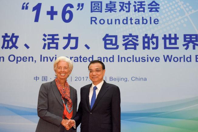 中國國務院總理李克強(右)與IMF總裁拉加德(左)在1+6圓桌對話會握手。(路透)