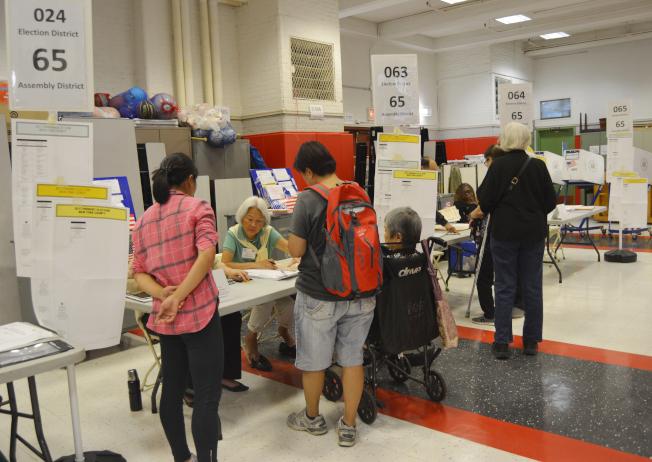 紐約市初選日,華裔耆老坐著輪椅來投票。(記者俞姝含/攝影)