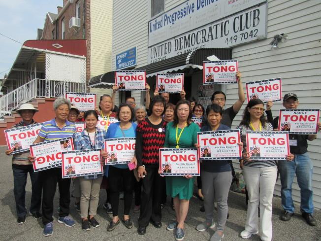 唐鳳巧(前排左四)參與初選,義工們12日一早到競選總部表達支持。(記者顏嘉瑩/攝影)