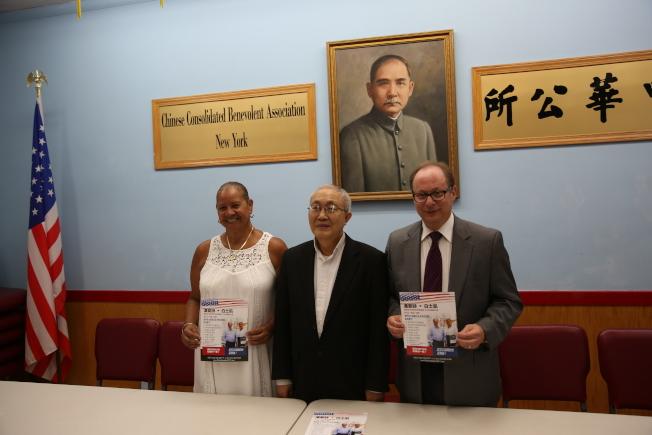 潘愛詩(左)和白士凱(右)8月拜訪紐約中華公所,中為蕭貴源。(本報檔案照)