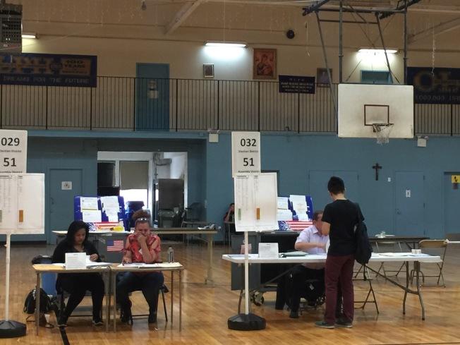 各個投票站都能看到華裔身影。(記者黃伊奕/攝影)