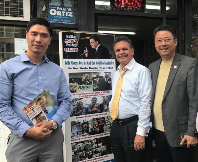 陳善莊(右)、姜書棟(左)等人以個人名義專程前往奧迪茲(中)競選總部為他打氣。(記者黃伊奕/攝影)