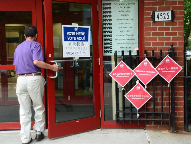 開紅門!紐約市12日舉行初選,選民前往法拉盛班杰明王子街老人中心投票站投票。(記者許振輝/攝影)