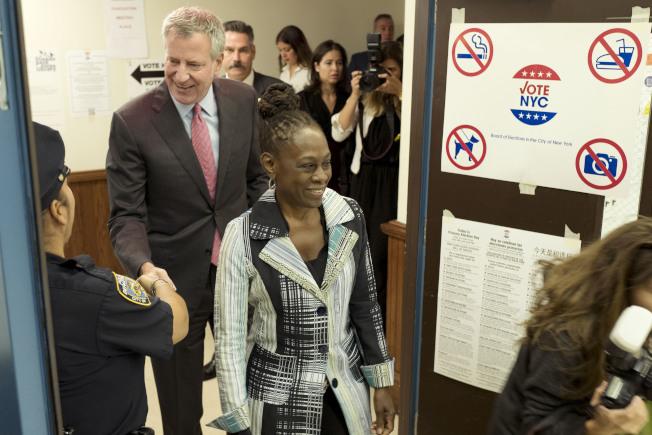 白思豪和妻子麥克雷(Chirlane McCray)抵達投票現場為自己投票。(美聯社)