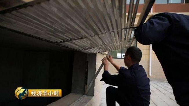 大荔縣實驗小學洛濱校區教學樓的下面增添「隔震支座」,是建築抵抗地震的有效裝備。(取材自央視)