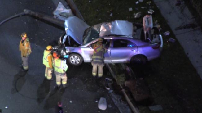華女超速遭警車追逐,整車撞爛,頭部受傷送醫。(NBC4)