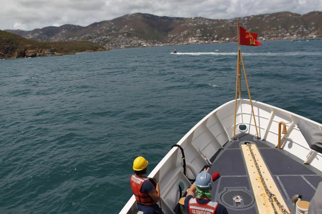 美國海岸防衛隊的船10日將救援物資送到美屬聖托馬斯島上,這時距萬豪酒店的救援船離開已有兩天。(美聯社)