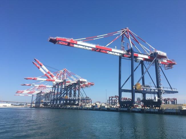 長堤港口裝卸貨物的起降機,為中國上海製造。(記者王若然/攝影)