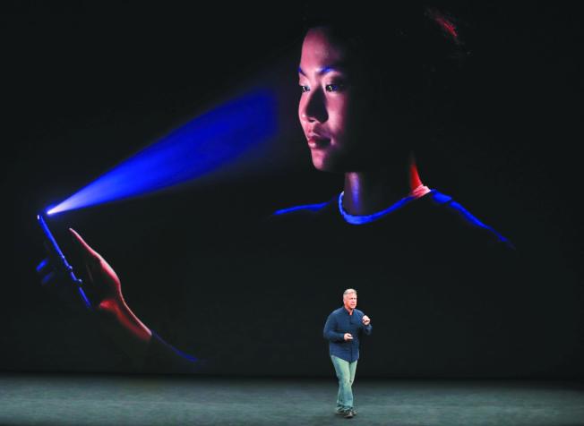 蘋果新手機iPhone X具有人臉辨識功能,就算假的人皮面具也無法通過辨識。(圖/路透)