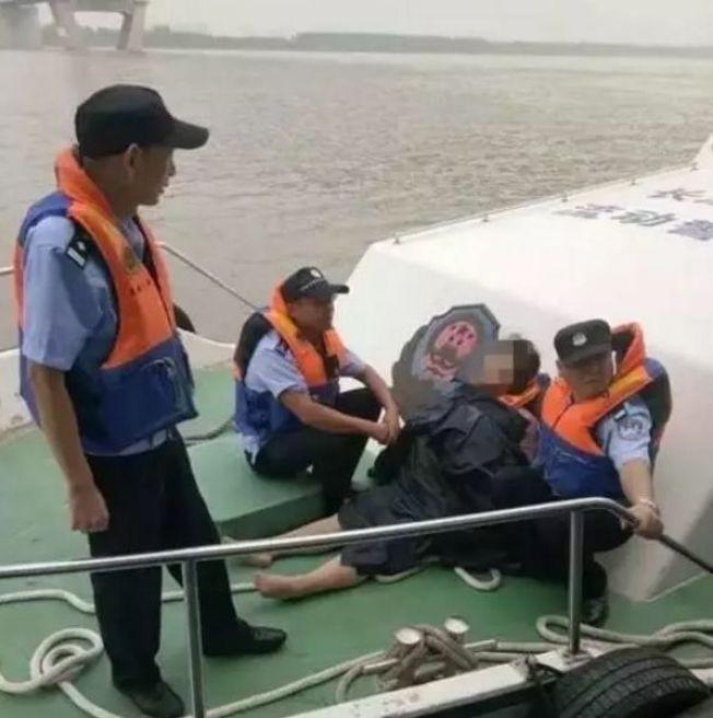 在湖北工作的一名24歲李姓女子因為最近常被老闆責罵,工作不如意,9日凌晨跳進長江輕生。幸運的是,漂過5座長江大橋,及在長江漂40公里後獲救。游泳教練說,胖子比瘦子容易在水上漂。圖擷自環球網