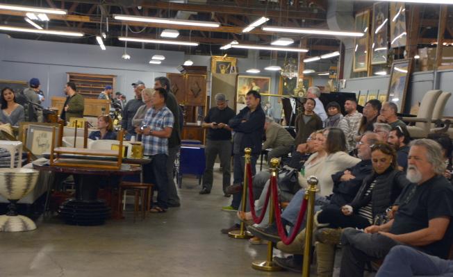 在洛杉磯一家拍賣行大廳聚集等待拍賣的人群,其中不少華人面孔。(記者張宏/攝影)