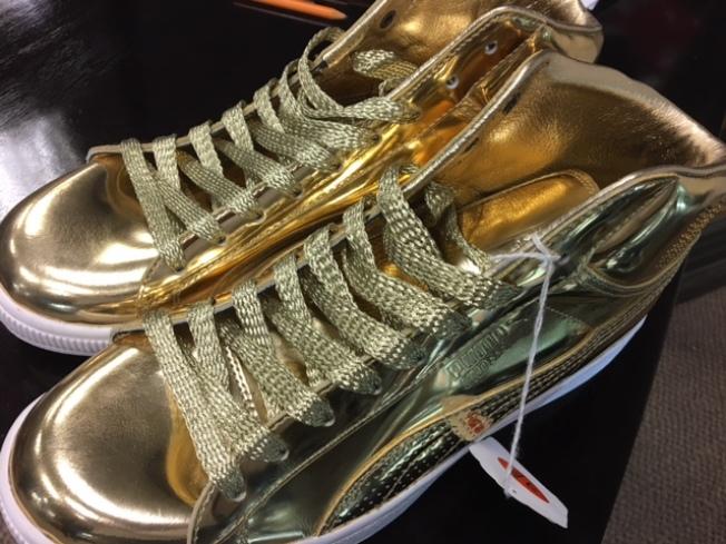 含金量最高的Puma和潮牌Undefeated聯名推出的限量版24K鍍金鞋子。(記者張宏/攝影)