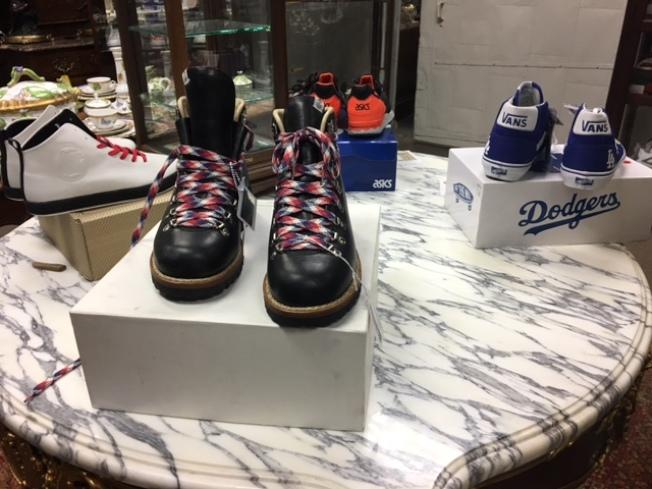 拍賣行展廳擺滿了各種球鞋。(記者張宏/攝影)