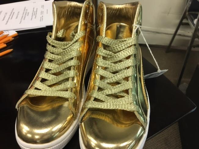 含金量最高的Puma和潮牌Undefeated 聯名推出的限量版24K鍍金鞋子。(記者張宏/攝影)