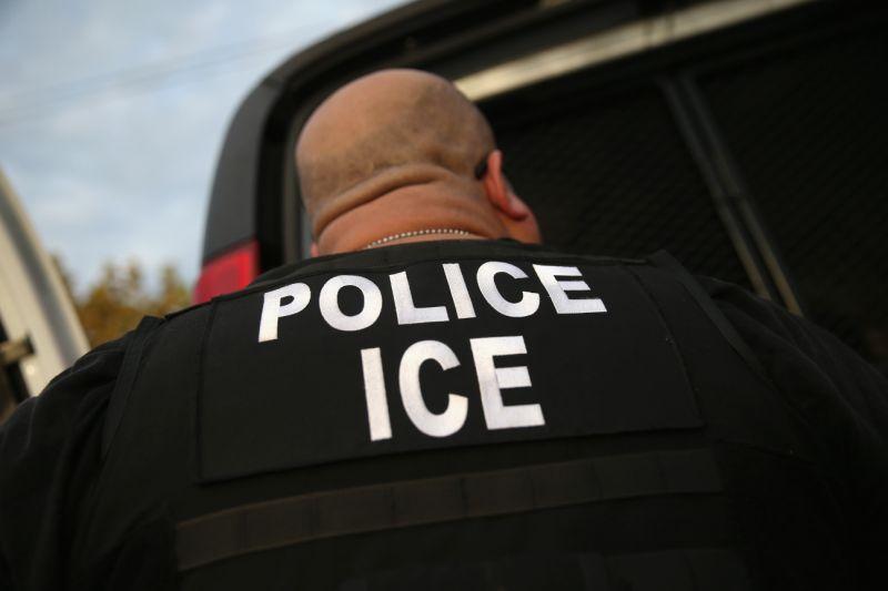 亞利桑納州媒體報導,移民局現在到Motel 6抓無證移民。亞州兩家Motel 6直營旅館表示,它們將住客名單傳給移民局,若有無證移民罪犯,移民局會派員抓人。(網路照片)