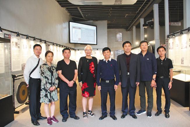 湖南代表團參訪舊金山華埠的海外抗日戰爭紀念館。(記者李晗/攝影)