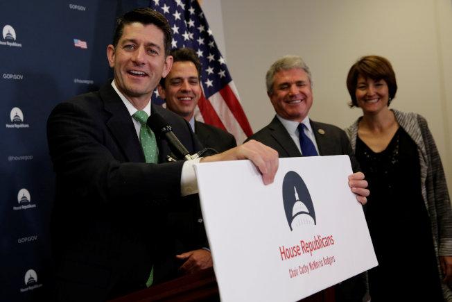 國會眾院議長萊恩(左一)與共和黨團集會後,回答媒體問題。(路透)圖:萊恩