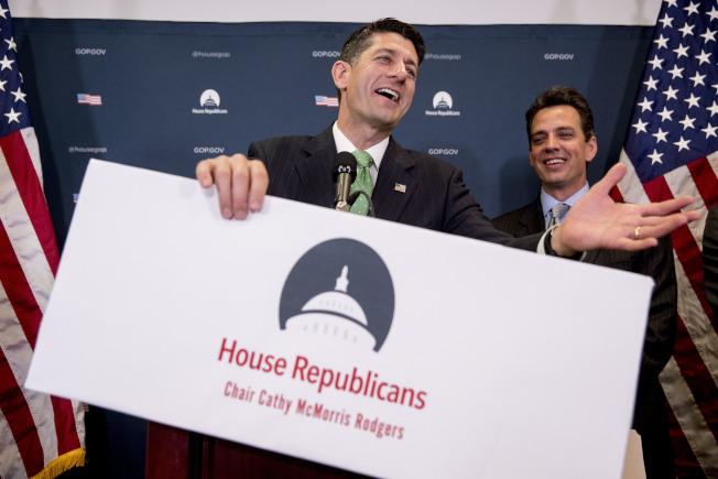國會眾院議長萊恩(左)與共和黨團集會後,回答媒體問題。(美聯社)