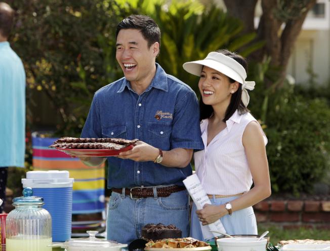 「菜鳥新移民」電視情境劇起用亞裔演員朴藍道(左)及吳恬敏。(美聯社)