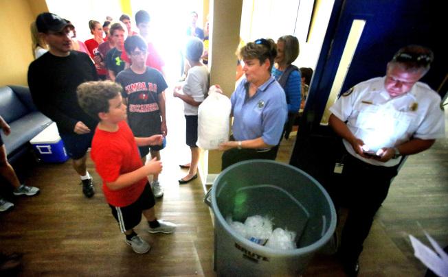 佛州在災後停電,童子軍幫忙在奧蘭多市一棟老人公寓派送冰塊。(TNS)