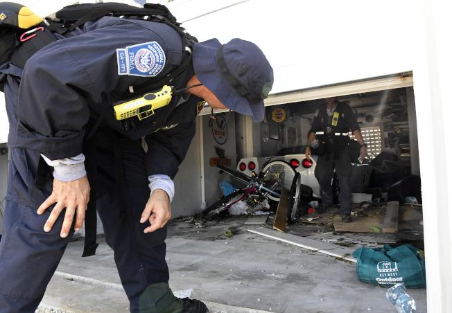 FEMA人員在佛州島礁區逐屋檢查,搜尋生還人員。(美聯社)