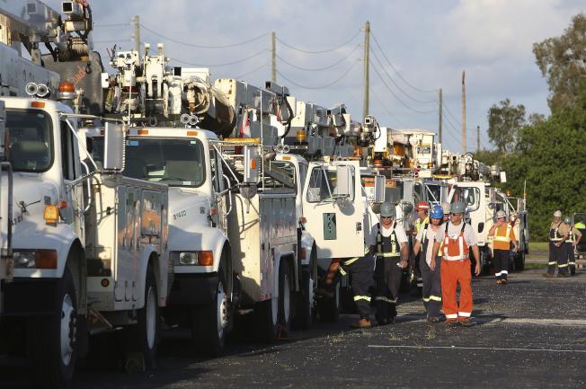 佛州在風災後大規模停電,圖為聖彼得堡市電力搶修隊伍出發。(歐新社)