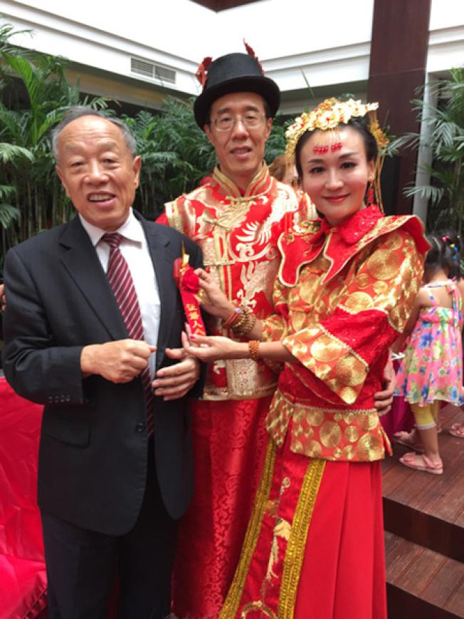 曹晴(右)與屠中恒(中)2015年結婚,中國前外交部長李肇星(左)證婚。(網路照片)