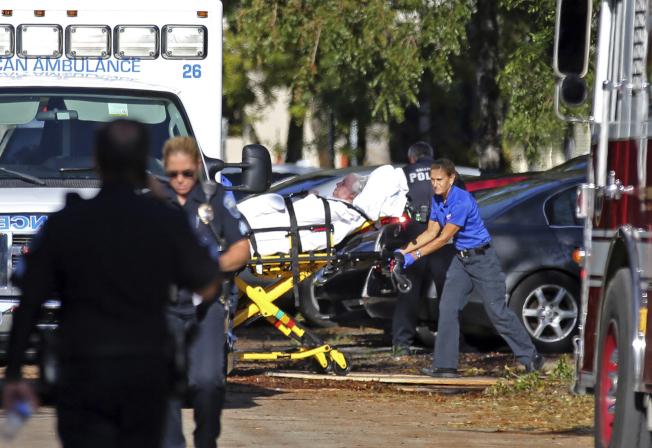 佛州好萊塢丘一所療養院因停電造成至少八名老人死亡,圖為工作人員撤離院中其他老人。(美聯社)