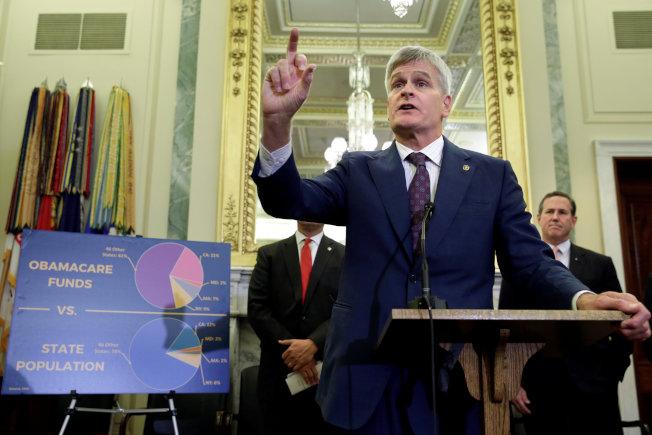 共和黨國會參議員聯名提出新的健保案,圖為參議員卡西迪說明歐記健保下各州負擔不均。(路透)