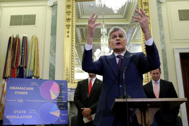 共和黨國會參議員聯名提出新的健保案,圖為參議員卡西迪說明歐記健保各州負擔不均。(路透)