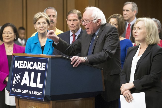 佛蒙特州國會參議員桑德斯(前右二)提出單一付款人的全民健保案,獲民主黨自由派參議員支持。(美聯社)