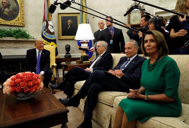 川普總統13日晚間邀民主黨國會領袖舒默(右二)、波洛西(右一)在白宮共進晚餐。圖為川普9月初邀請兩人到白宮磋商重要政策,在川普總統講話時,兩人把頭撇向一邊。(路透)