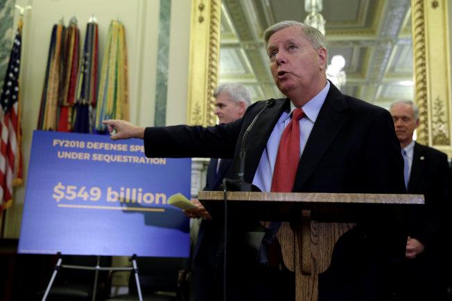 共和黨國會參議員聯名提出新的健保案,圖為參議員葛理漢說明新案的財政影響。(路透)