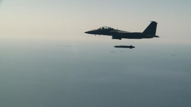 南韓一架空軍F-15K戰機在13日的演習中發射了一枚金牛座導彈。(美聯社)