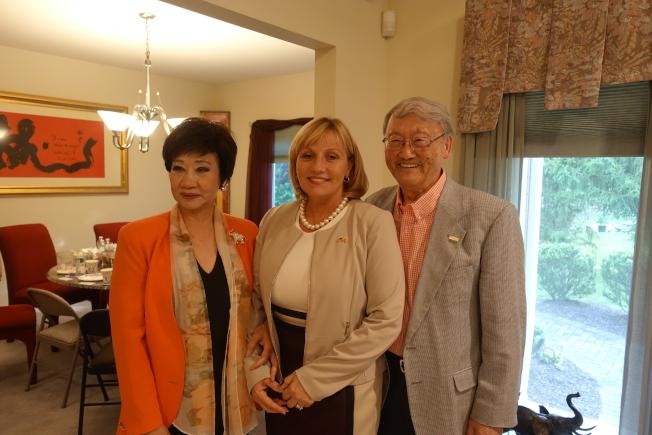顧丹諾(中)感謝林潔輝(左)、嚴欣鎧(右)與華人社區的支持。(記者謝哲澍/攝影)