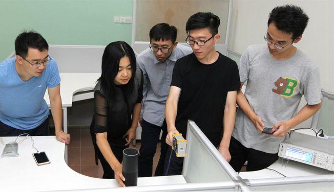 浙江大學電氣工程學院教授徐文淵(左二)團隊發現,語音助手存在安全漏洞。(取材自浙江大學官網)