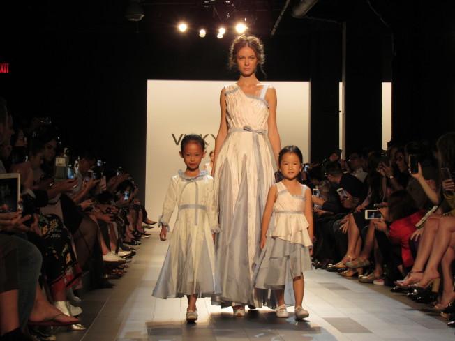 有中國首席親子品牌之稱的VICKY ZHANG 13日舉辦紐約時裝周2018春夏時裝展,帶來三個系列,共90套服裝。(記者顏嘉瑩/攝影)