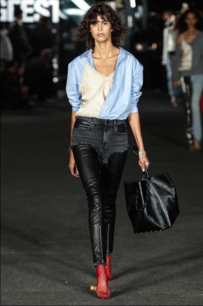 絲質的細肩睡衣搭配牛仔襯衫,衝突中又帶有該品牌自由不羈的理念。(Getty Image)