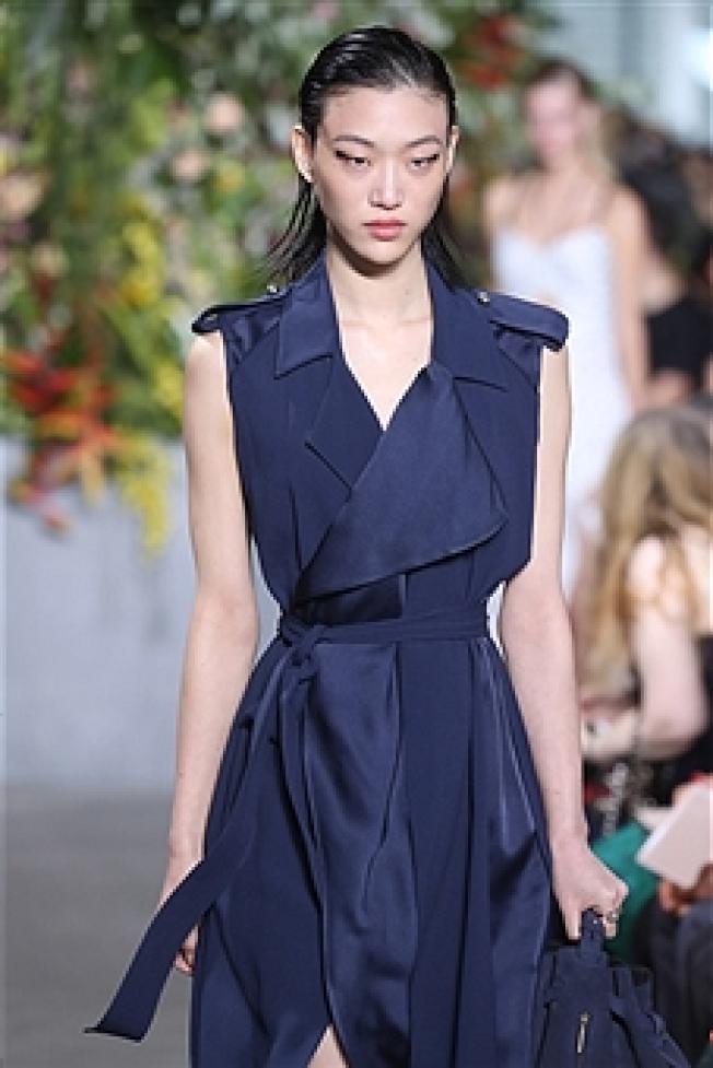 有淑女心的吳季剛帶來主打直條紋棉布和印花薄紗質地的青春服裝,甜美又不失俐落。(Getty Images)