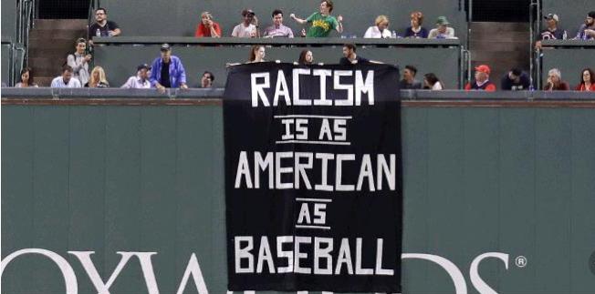 把美國的種族主義與棒球文化相提並論,13日出現在芬衛球場的巨型標語令人錯愕。(美聯社)