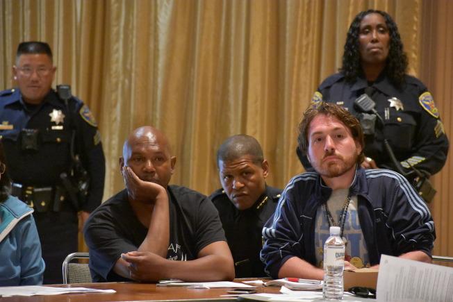 警察局長史考特(中)參加第一場電擊槍社區會議,聆聽與會者的意見。(記者李秀蘭/攝影)